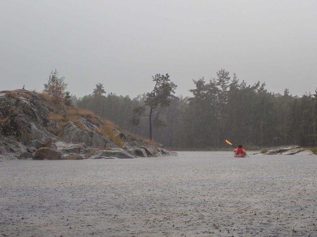 Alors que nous approchons d'Ekudden, un déluge d'eau s'abat sur nous. Pas d'autre solution que de pagayer jusqu'à la prochaine éclaircie qui ne viendra que 3 h plus tard.